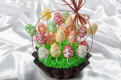 Великденска кошница с кексчета яйца на клечка