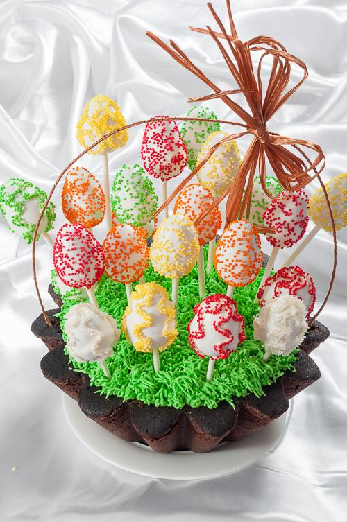 Великденска кошница с кескчета-яйца на клечка