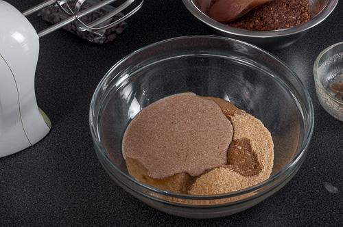 Смесване на течните съставки и захарта