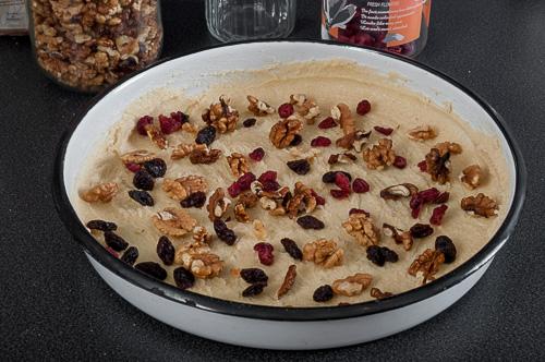 Карамеленета глазура, сушените плодове и ядките се разпределят в тава