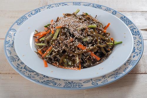 Салата с див ориз, водорасли, зеленчуци и пукан амарант