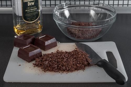 Шоколадът се нарязва на ситно