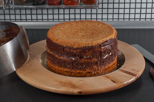 Стегналата торта се освобождава от ринга
