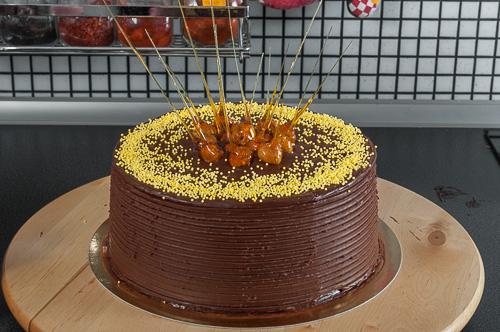 Декорира се със захарни гранули и лешниците в карамел