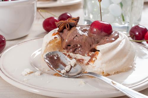 Шоколадов сладолед в анасонови целувки