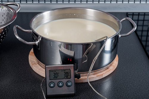 Млякото с киселината се загряват до 30 градуса