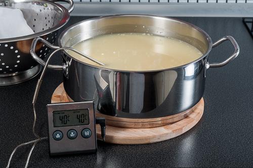 След добавянето на маята, млякото се загрява до 40 градуса