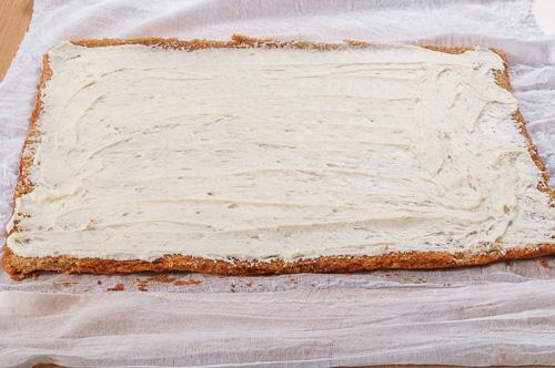 Платката се намазва с белия шоколадов крем
