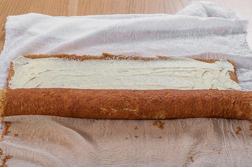 Платката с крема се навива на руло