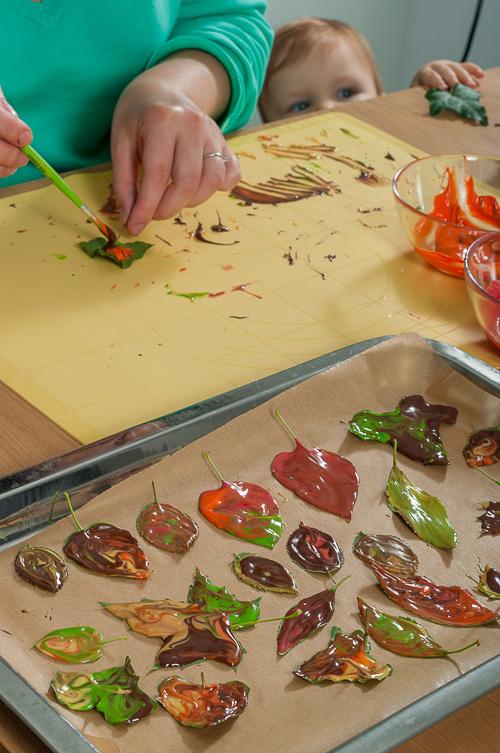 Приготвяне на шоколадовите есенни листа