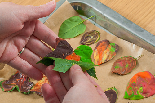 Отлепяне на листата от шоколада