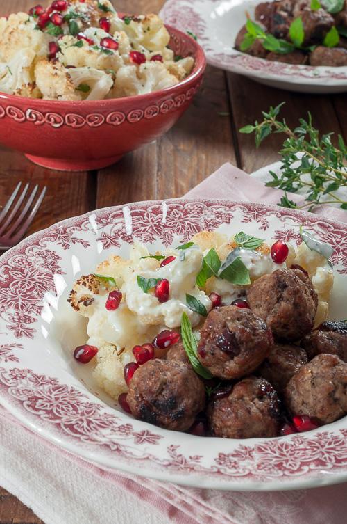 Печен карфиол с кюфтенца и млечен сос