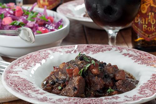 Глиганско месо в тъмен белгийски ейл с мед и задушено червено зеле с ябълки и дюли