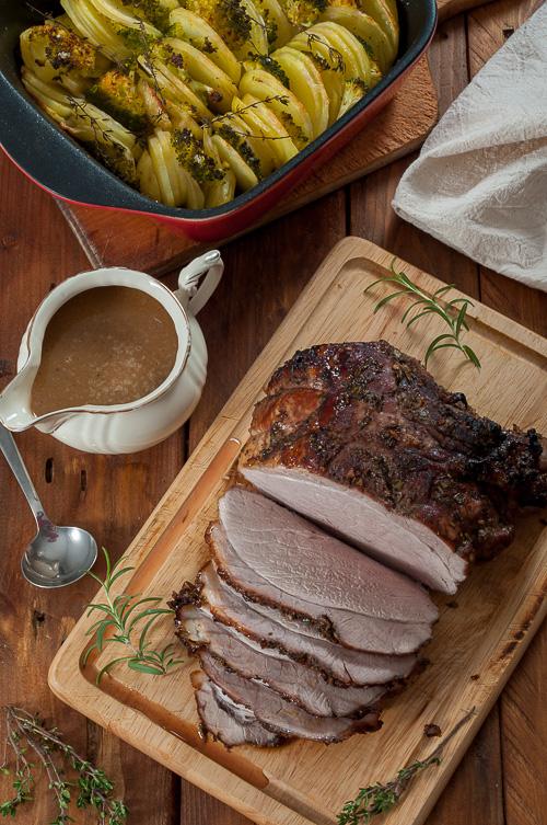 Печено свинско месо от бут и лучен сос с мадейра