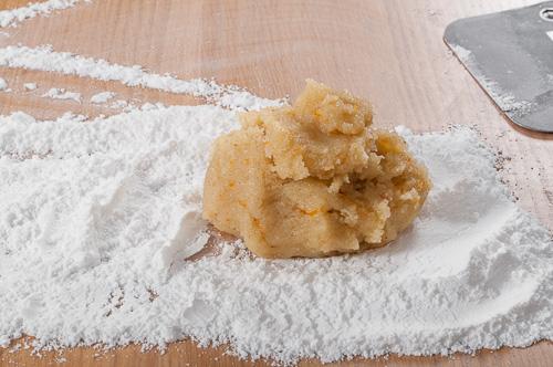 Половината от тестото се слага върху пудра захар