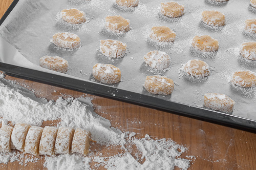 Сладките се подреждат в тава