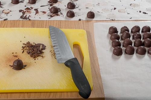 Отрязва се излишния шоколад