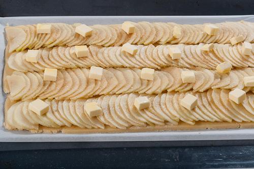 Ябълките се поръсват със захар и кубчета масло
