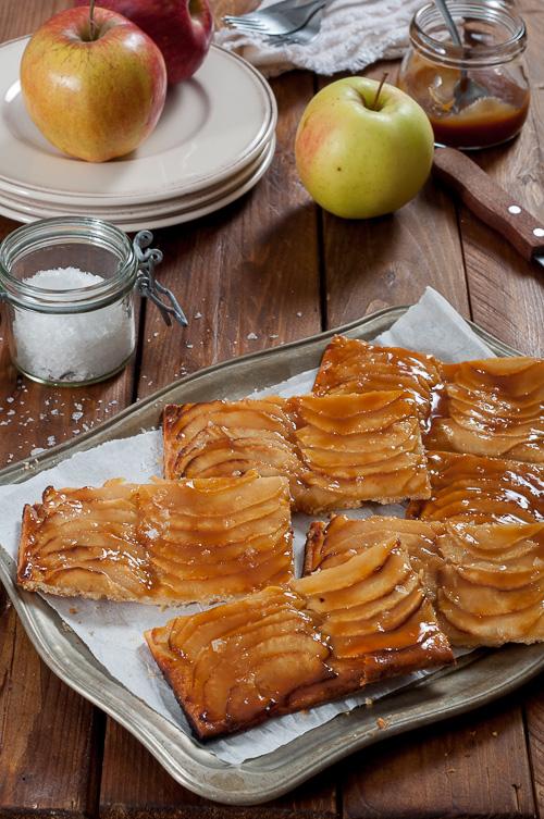 Ябълкови тарти с карамелен сос с кардамон и канела