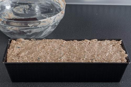 Втасалото тесто се прехвърля във форма за хляб