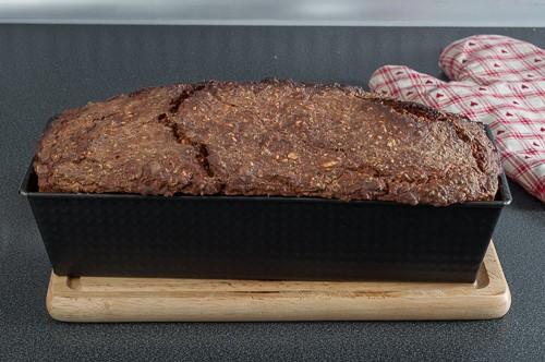Изпеченият хляб се охлажда 5 минути във формата