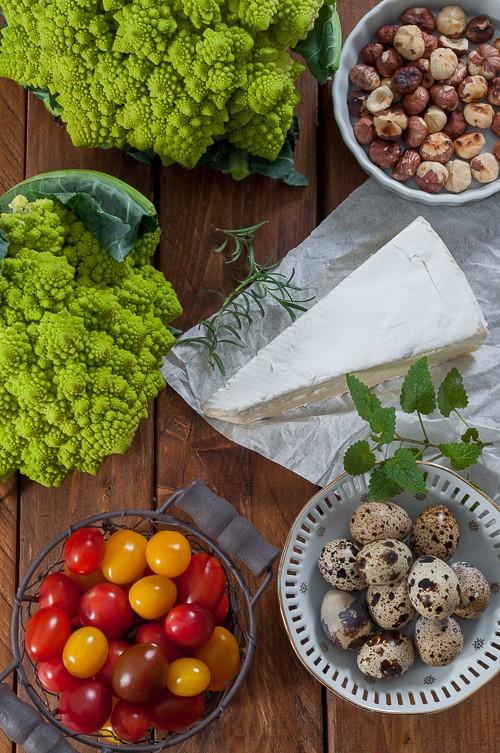 Чери домати, пъдпъдъчи яйца, бри, лешници и романеско
