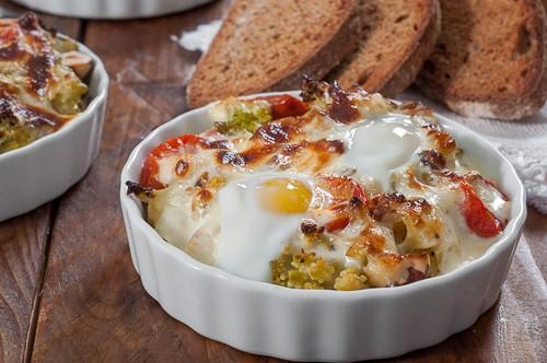 Романеско гратине в сос с бри и пъдпъдъчи яйца