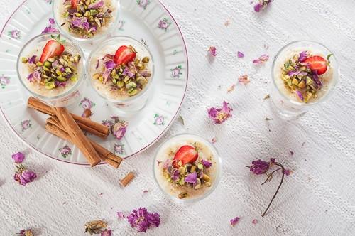 Ароматно мляко с жасминов ориз, ягоди и шамфъстък