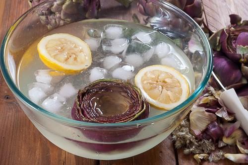 Почистения артишок се потапя в ледена вода с лимонов сок