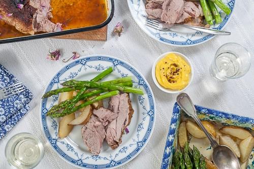 Агнешко бутче с рози и шафран, печени пресни картофи и аспержи, майонеза със сусамов тахан и сумак