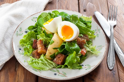 Зелени салати с бекон, яйца и чеснови крутони