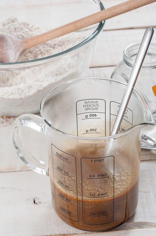 Добавяне на сода към течните съставки
