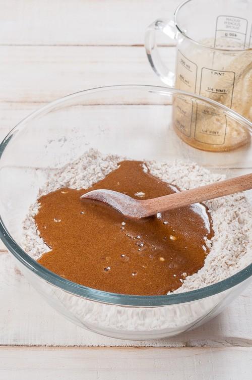 Добавяне на течните съставки към сухите