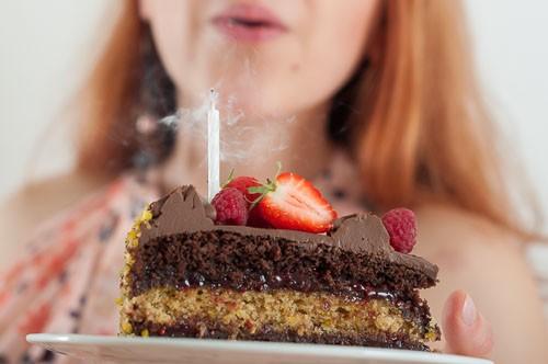 Веган шоколадова торта със сладко от ягоди и малини.