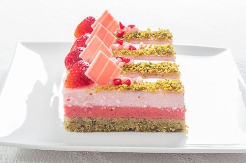Ефирен десерт с шамфъстък, ягоди и рози
