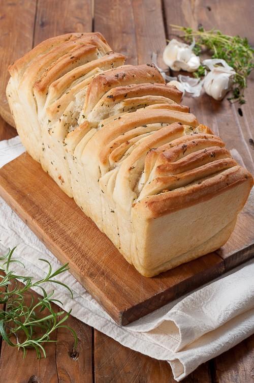 Лесен за разчупване хляб със зехтин, билки и чесън