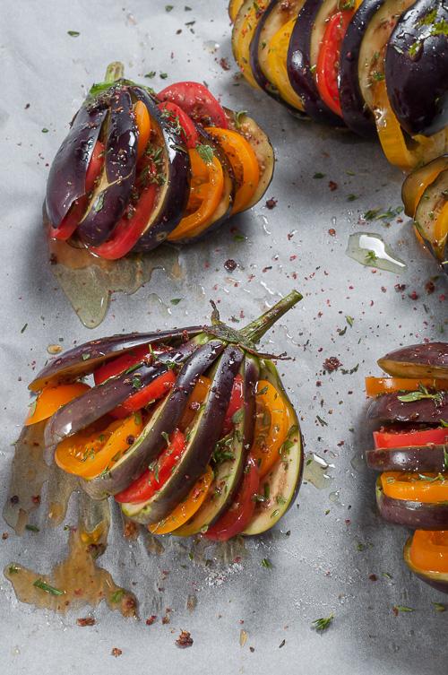 Подготвените за печене патладжани и домати