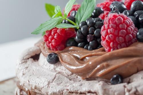 Шоколадова Павлова с шоколадов крем и плодове