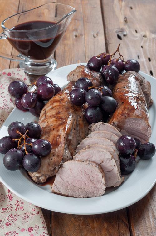 Свинско бонфиле с пикантен сос от червено грозде