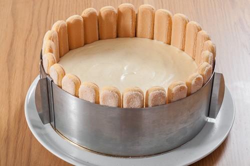 Баварският крем се изсипва в подготвената основа на тортата