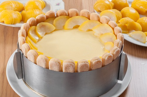 Нарязаните круши се подреждат върху тортата