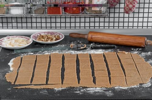 Тестото се разточва с дебелина 3-4 мм и се нарязва на квадрати