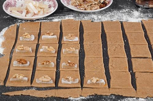 В квадратите се слага по едно парче локум и орехова ядка