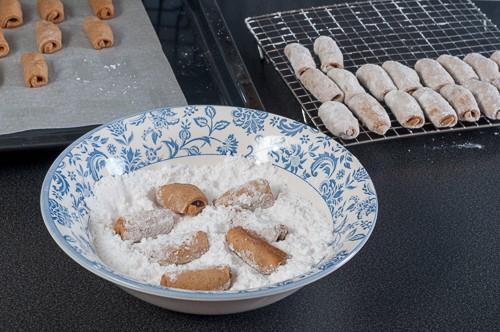 Горещите пурички се овалват в пудра захар