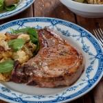 Свински котлети с масло и розмарин и печен карфиол с шалот и спанак