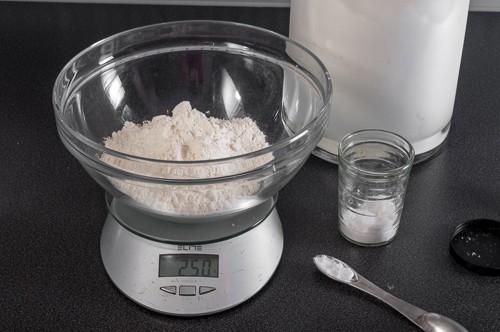 Измерване на брашното и солта