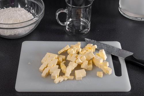 Маслото се нарязва на кубчета