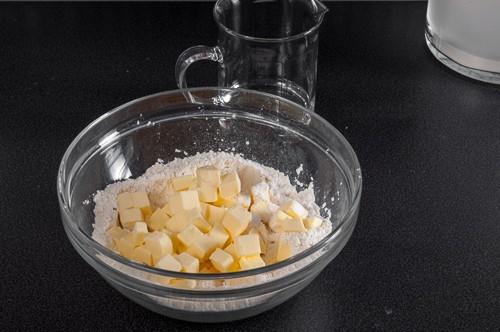 Маслото се изсипва при брашното