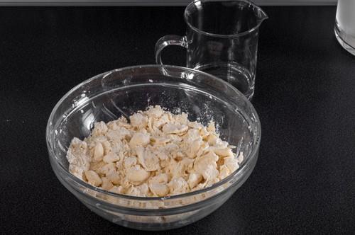 Смесване на маслото с брашното
