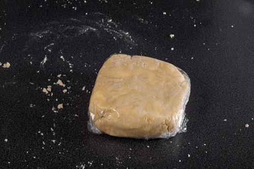 Тестото увито във фолио, готово за охлаждане